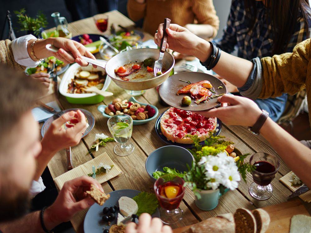 Ученые: ограничения в еде заставляют чувствовать себя одиноким