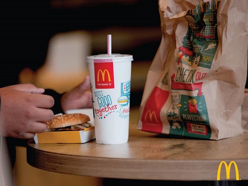 Макдоналдс заменит пластиковые трубочки на бумажные
