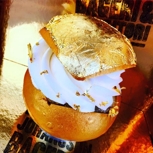 Шведские пекари превратили булку в деликатес за $100
