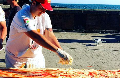 В Неаполе приготовили самую длинную пиццу в мире