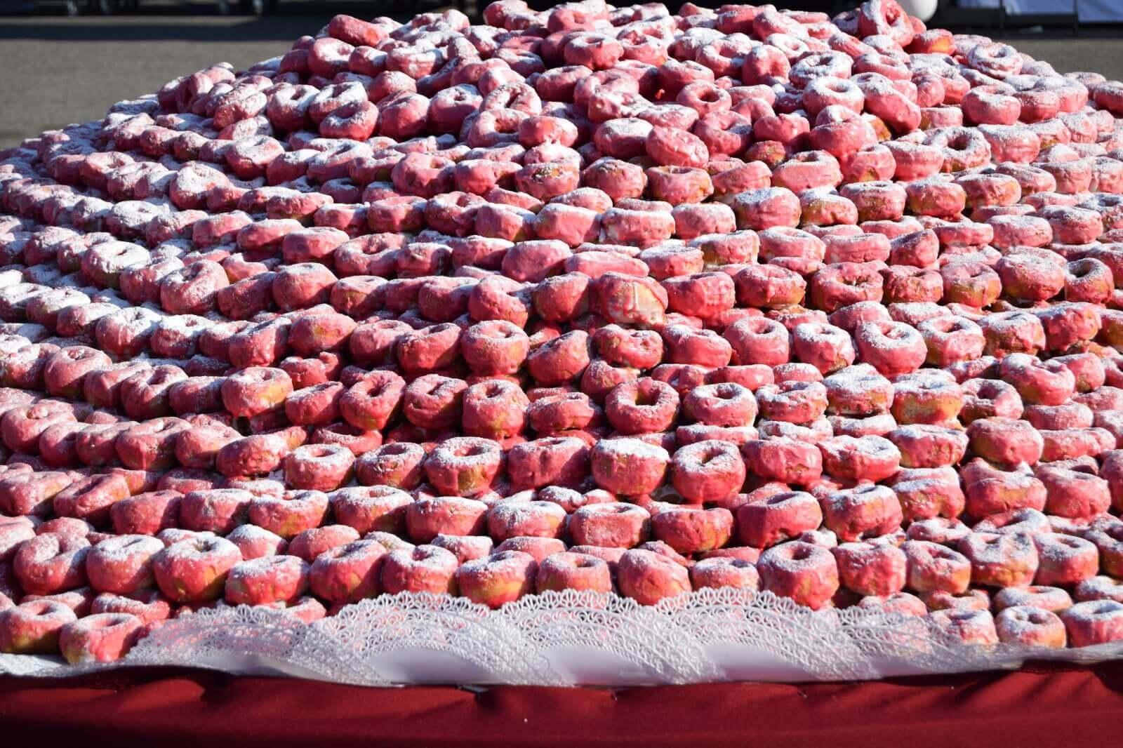 Гигантский торт из пончиков от сибирских кондитеров побил всероссийский рекорд