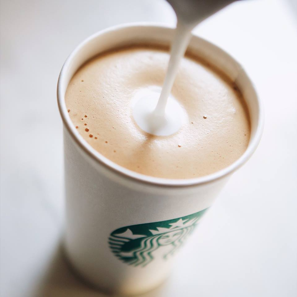 Starbucks ввела налог на бумажные стаканы для кофе