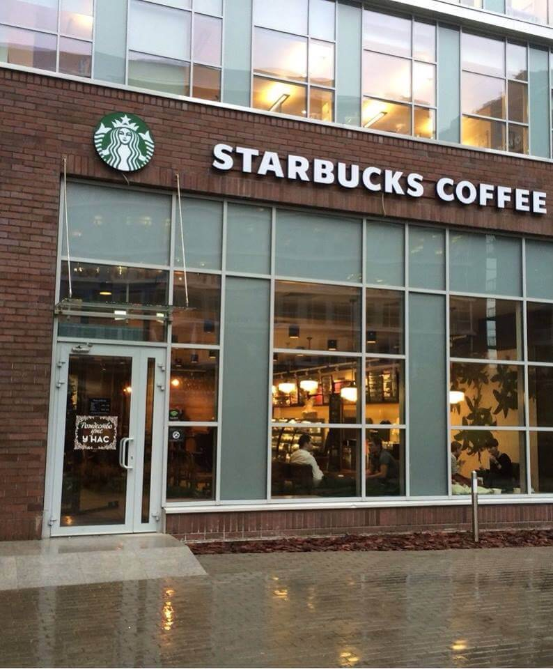 Starbucks разрешил пользоваться туалетами кофеен не только посетителям