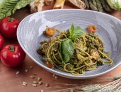 Спагетти с брокколи и вялеными томатами