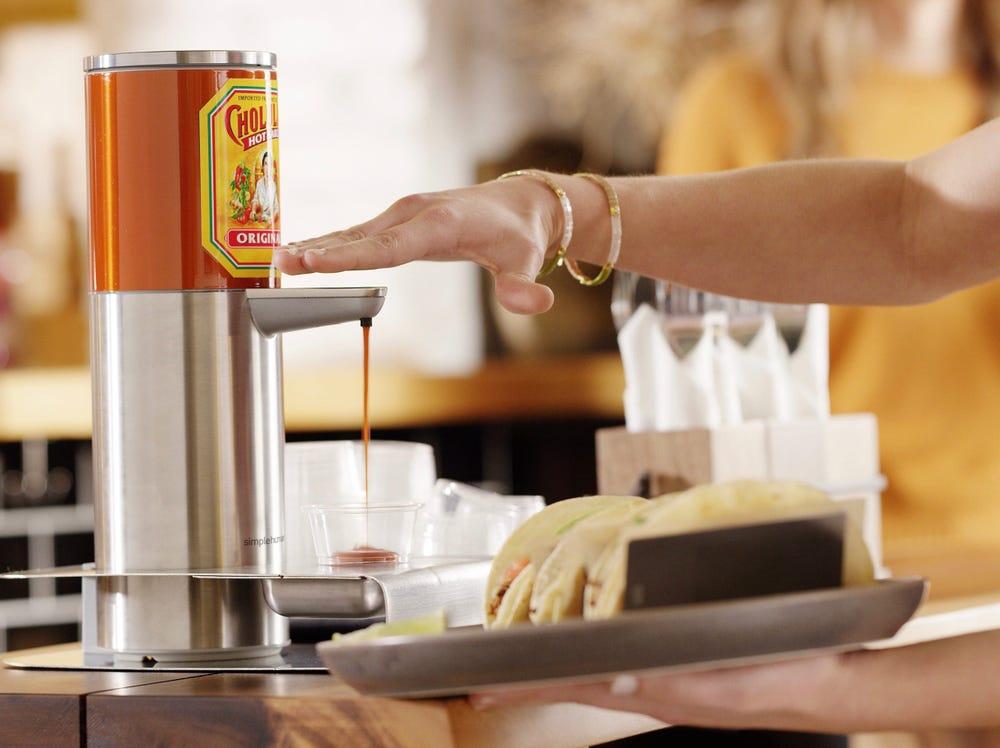 Американская компания выпустила первый в мире бесконтактный дозатор для соуса