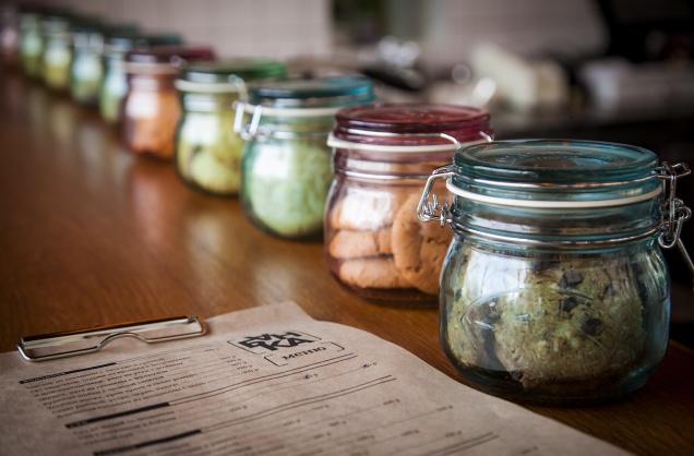 В Наставническом открылось маленькое кафе, где из посуды одни банки