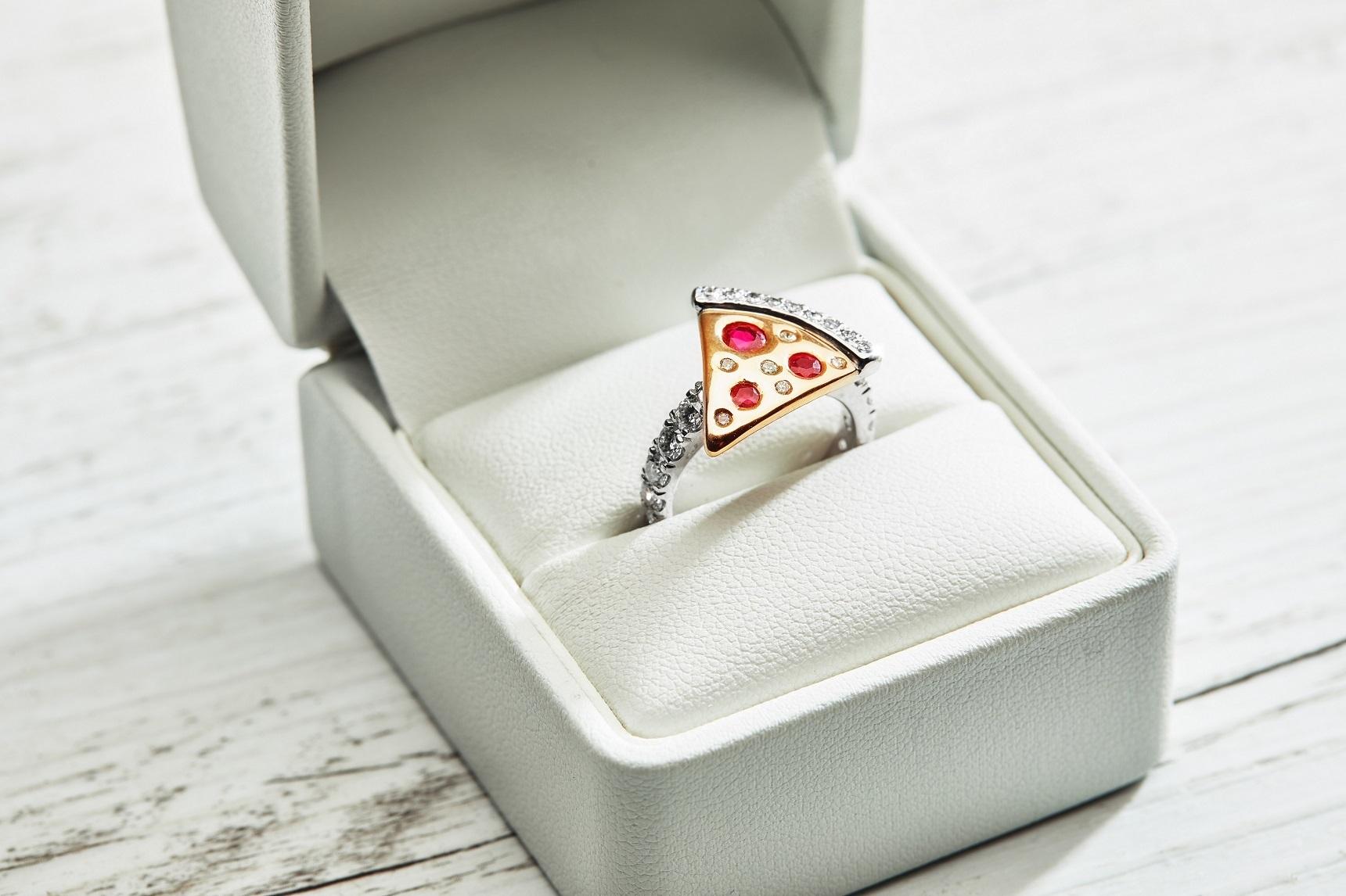 Domino's выпустил в продажу бриллиантовое кольцо в форме пиццы