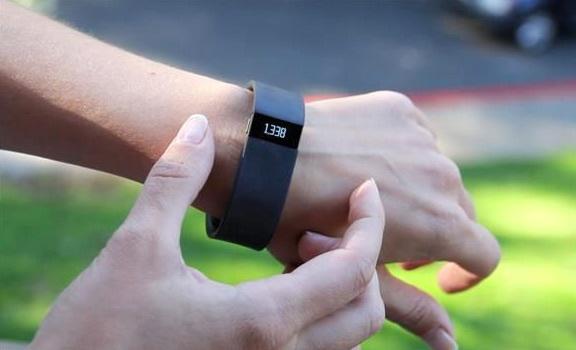 Американских студентов обязали носить фитнес-браслеты