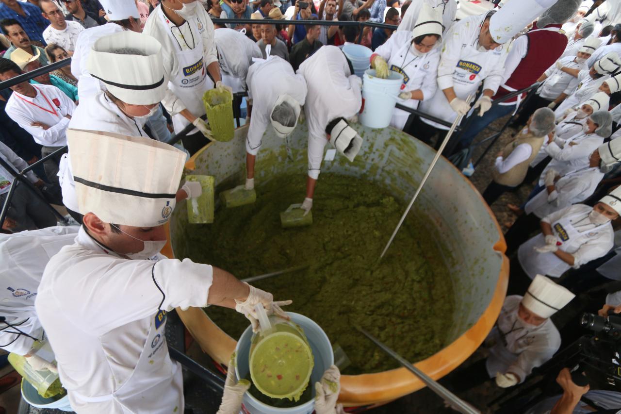 В Мексике приготовили самый большой гуакамоле в мире