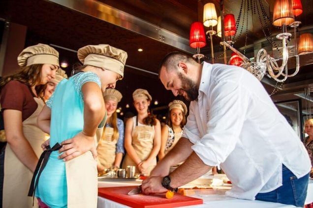«Детство со вкусом»: мастер-класс по приготовлению свекольника и сельди под шубой