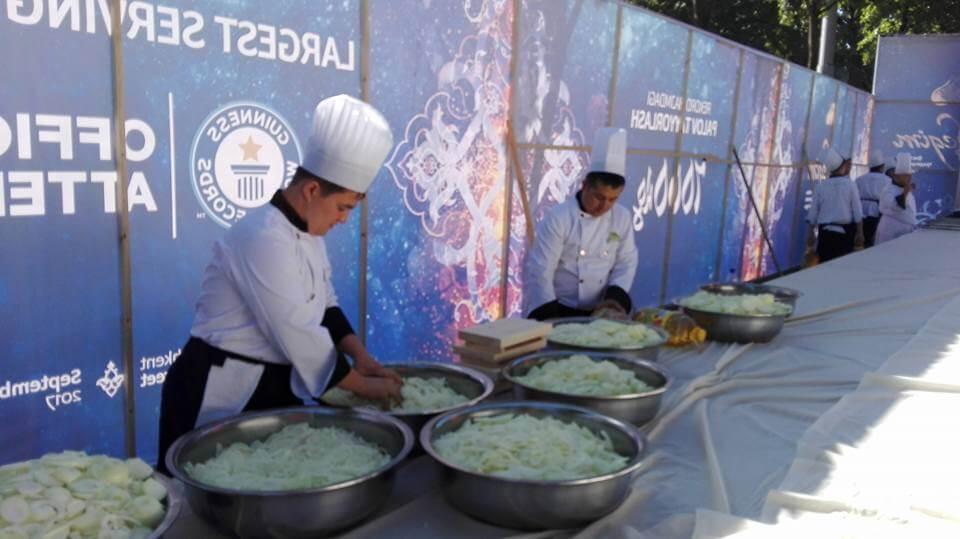 В Ташкенте приготовили самый большой плов в мире