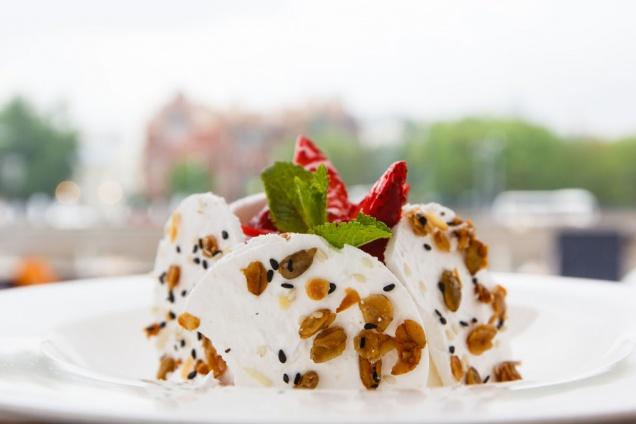 Десерт «Павлова» из бара «Стрелка» выставляется в музее современного искусства