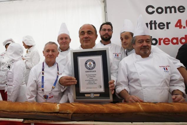 Итальянцы и французы испекли самый большой багет в мире