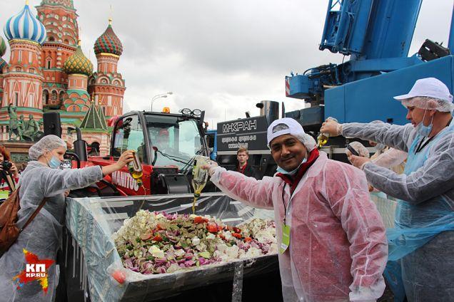 Рекордные 20 тонн греческого салата сервировали в КАМАЗ