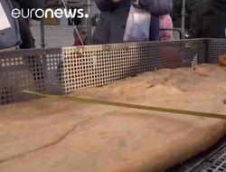 В Неаполе приготовили самую длинную жареную пиццу в мире