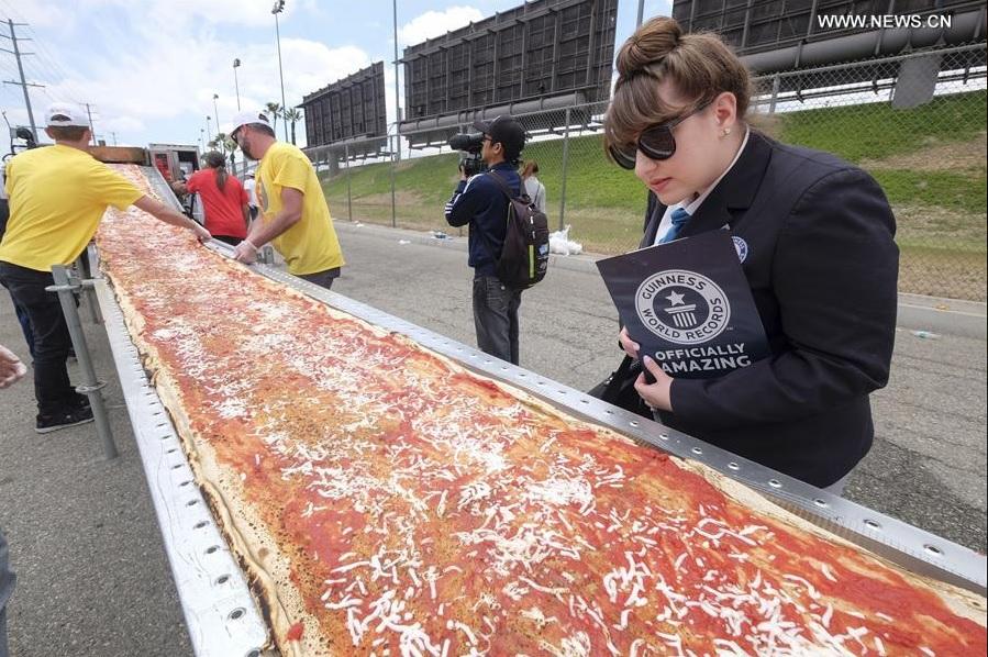 В Калифорнии приготовили самую длинную пиццу в мире