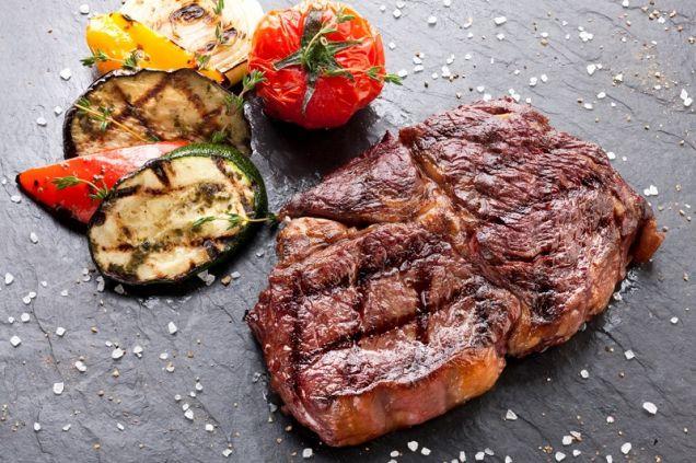 Как выбрать мясо для стейка, а потом правильно его приготовить
