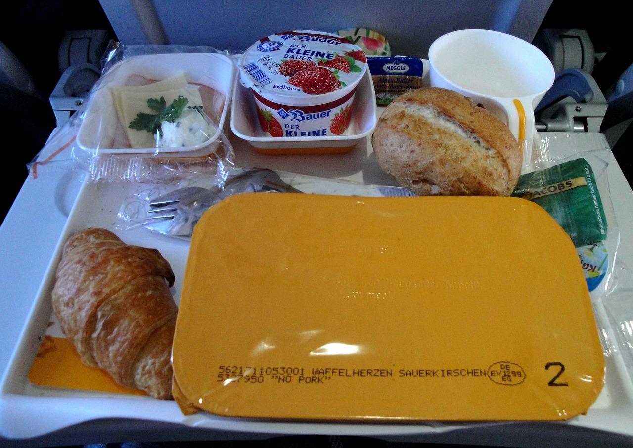 Aviasales: больше половины россиян берут в самолет свою еду