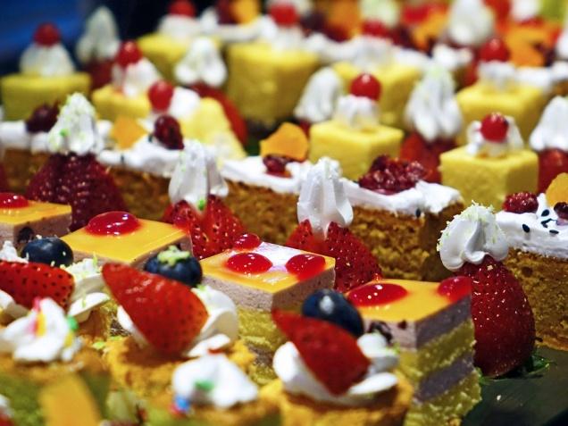 Кризис заставил москвичей перейти на сладкую и жирную пищу