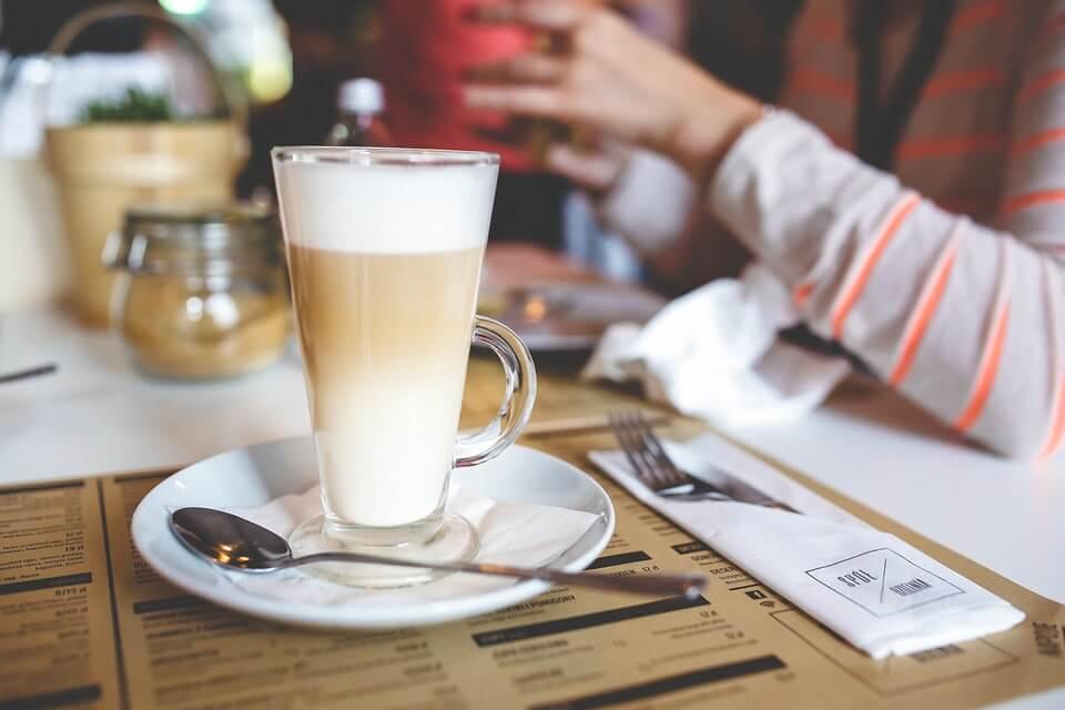 Россияне стали пить меньше молока, но больше кофе