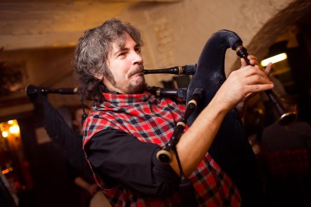 9 мая  – День Победы под звуки шотландской волынки