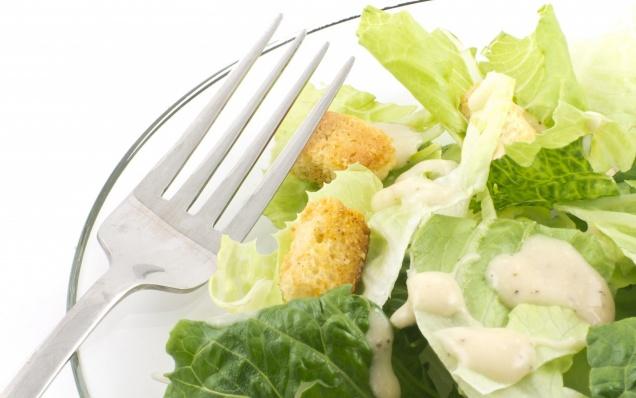 Школьников будут кормить салатом «Цезарь»