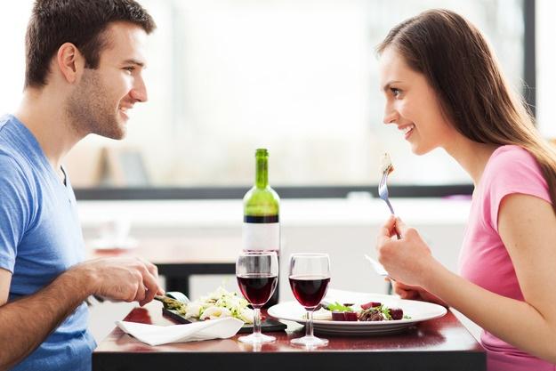 Мужчины едят больше в присутствии женщин