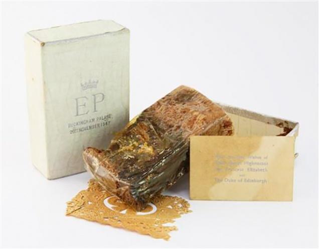 Кусок торта со свадьбы королевы ушел с молотка за рекордную сумму