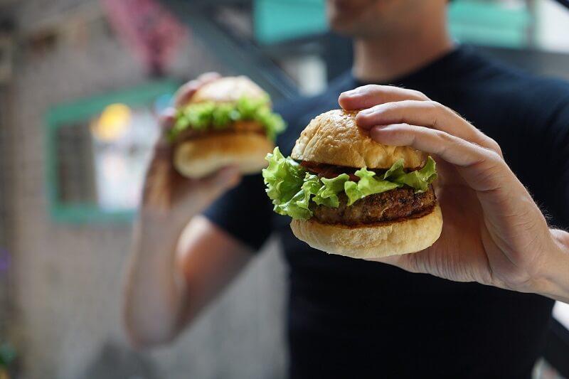 Французы отказались от сэндвичей с ветчиной в пользу бургеров