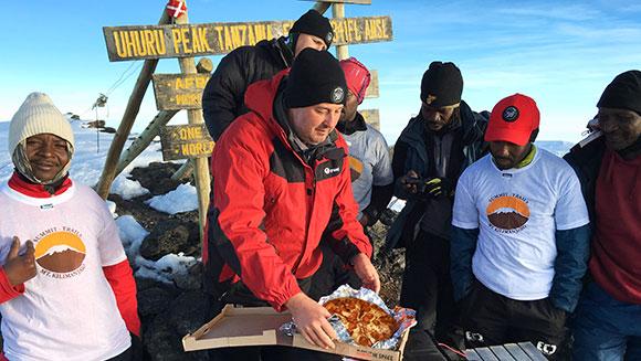 Pizza Hut доставила пиццу на вершину Килиманджаро