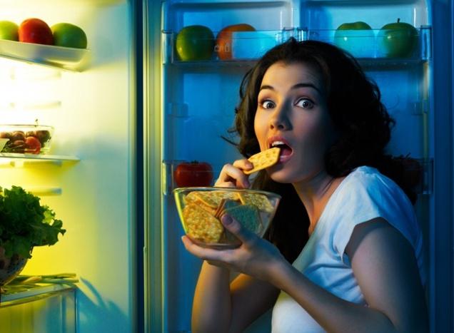 Ученые рассказали, почему ночью очень хочется есть
