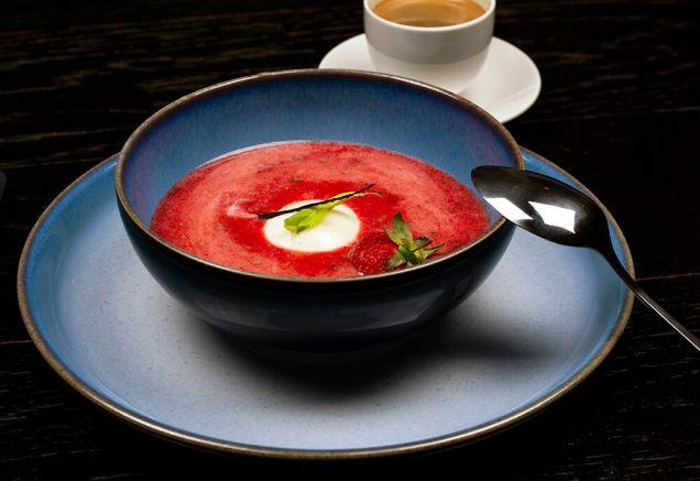 Холодный суп из клубники с панна-коттой