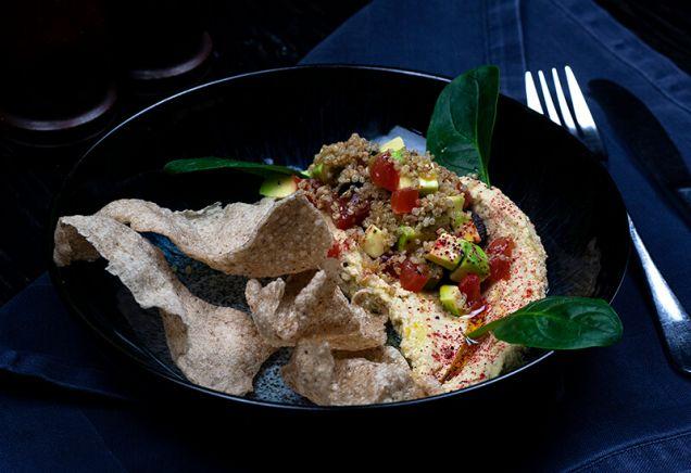 Хумус из нута и кунжутной пасты с авокадо, оливками и маслинами