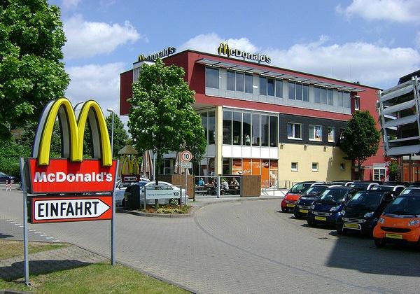 «Макдоналдс» переходит на ресторанное обслуживание