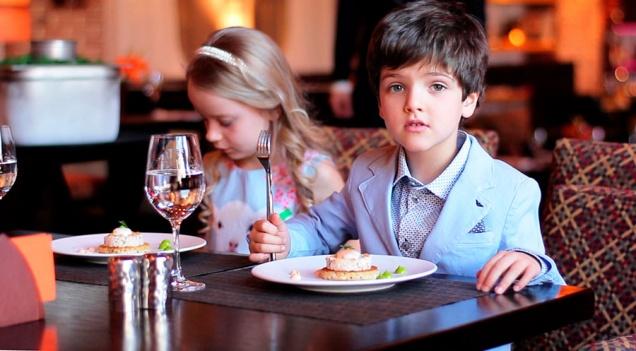 Дети пробуют блюда мишленовского повара
