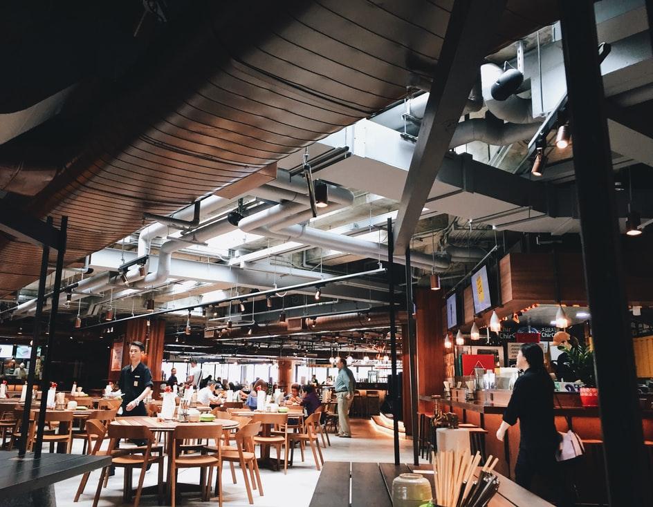 Минпромторг предложил фудкортам работать в формате ресторанов