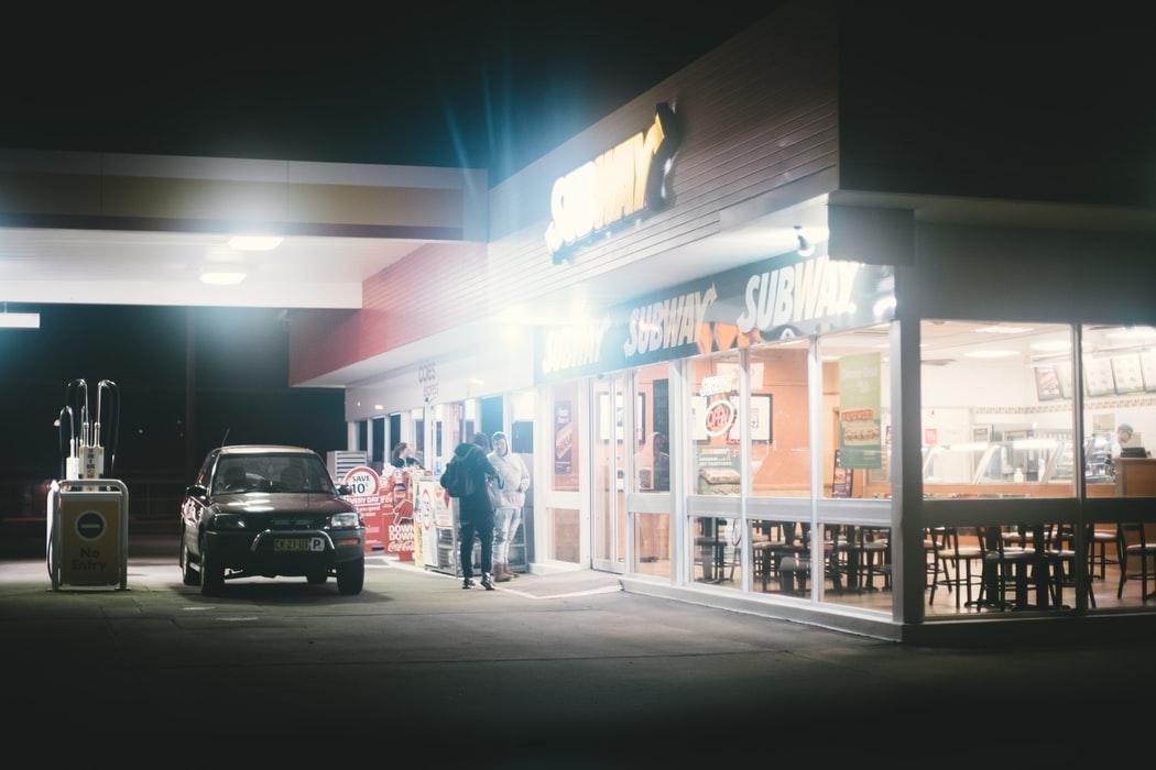 На АЗС можно будет заказывать еду прямо в машину