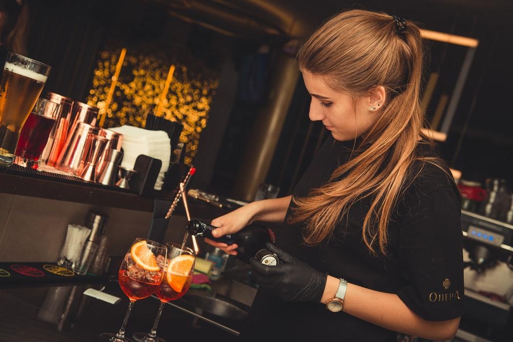 В Москве приостанавливают работу круглосуточных ресторанов и баров