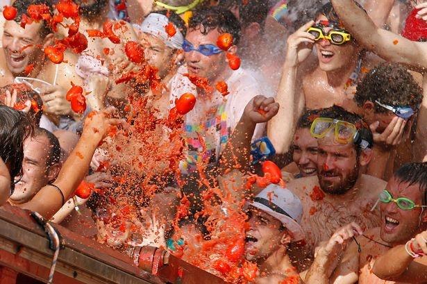 В Испании стартовал фестиваль помидорных боев La Tomatina