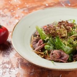 Теплый салат с ломтиками говядины
