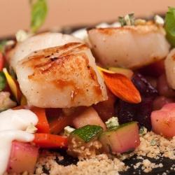 Морские гребешки с песком из пряных орехов, сезонными овощами и муссом из цветной капусты