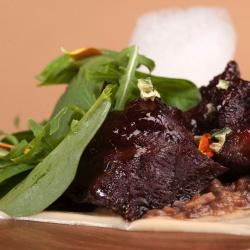 Щечки теленка с бычьими хвостами, парманьте из картофеля с черным трюфелем
