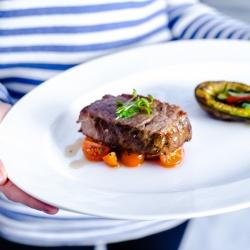 Горб антилопы зебу с печеным авокадо  и легким салатом из томатов