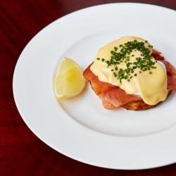 Солёный лосось, рёшти из картофеля, яйцо-пашот, голландский соус