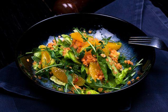 Зеленый салат с чечевицей и апельсинами под соусом из зеленого лука и меда