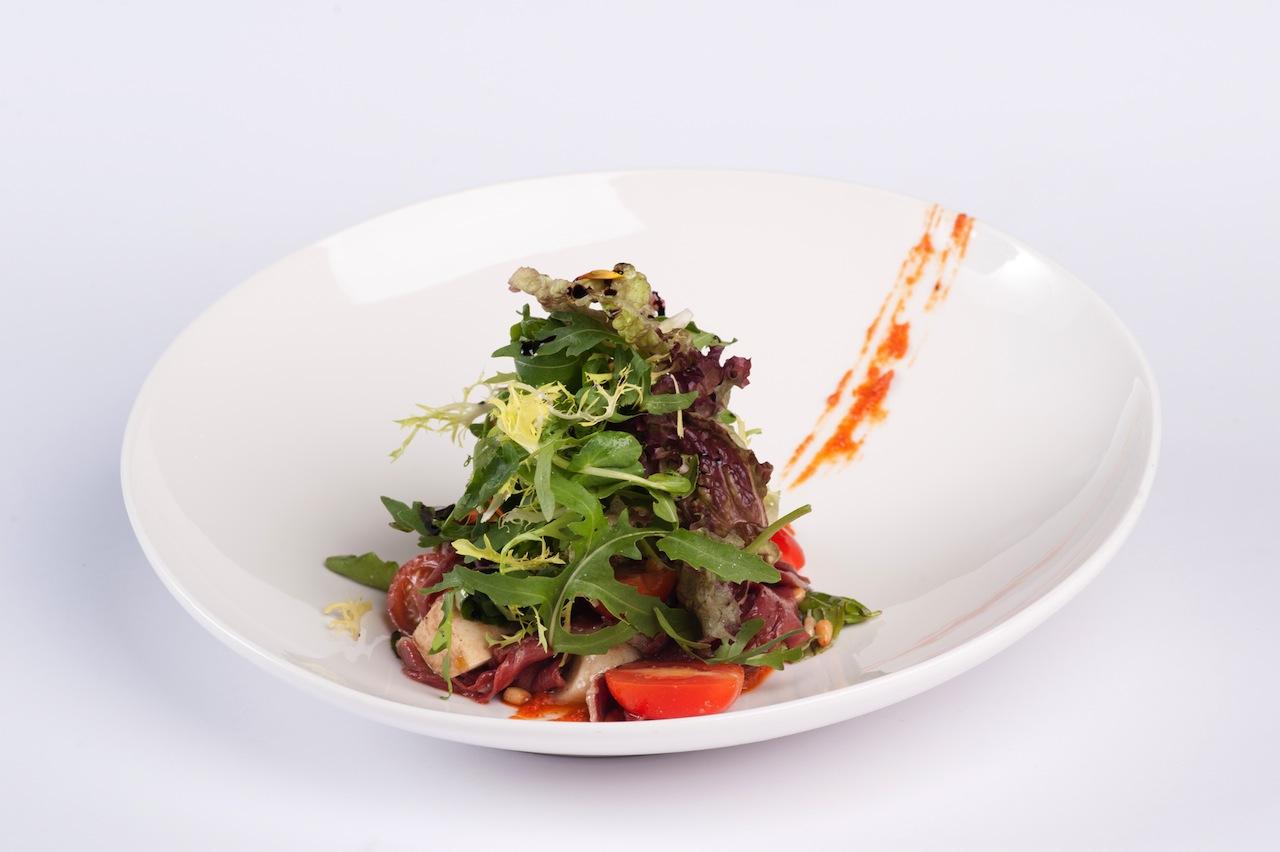 Салат с моцареллой и хамоном из утки с песто из томатов