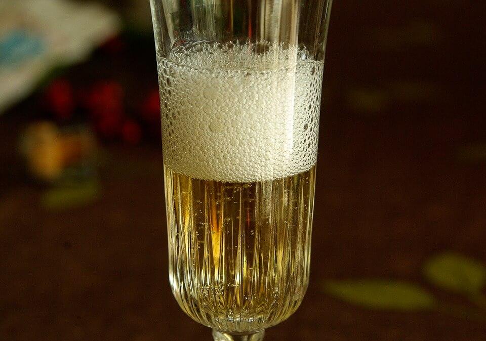 Россияне перешли на дешевые аналоги шампанского