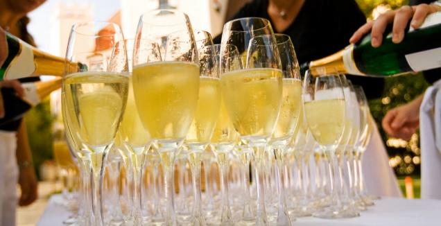 Депутат Ленобласти предлагает разрешить розничную продажу шампанского в новогоднюю ночь