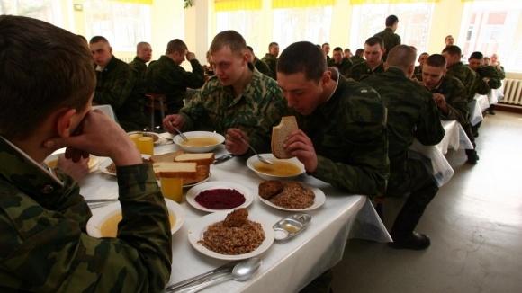Российские военные теперь будут получать леденцы ежедневно