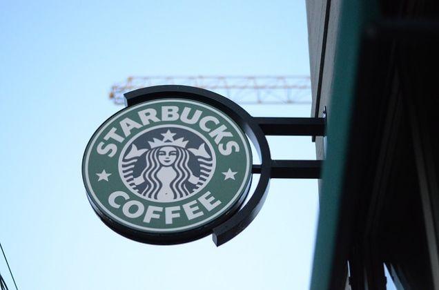 Starbucks в США приостановит свою работу из-за того, что менеджер выгнал из кофейни афроамериканцев